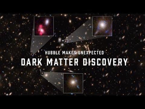 星系中心的暗物質造成的重力透鏡效應比理論預期強,顯示星系中心的暗物質比預期密集。