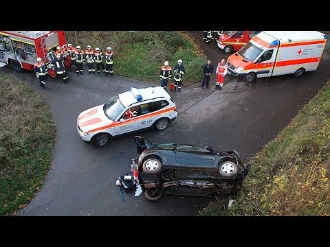Helsen: Auto stürzt Abhang neben Brücke hinunter