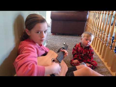"Ver vídeo Lydia sings to her Down Syndrome brother Bo ""You Are my Sunshine"""