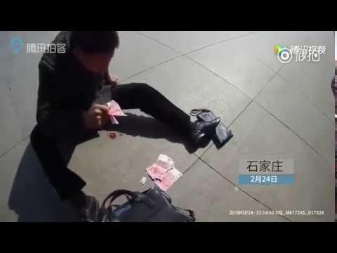 כסף קונה בריאות: חטף התקף לב ופיזר כסף ברחוב כדי שאנשים יעזרו לו