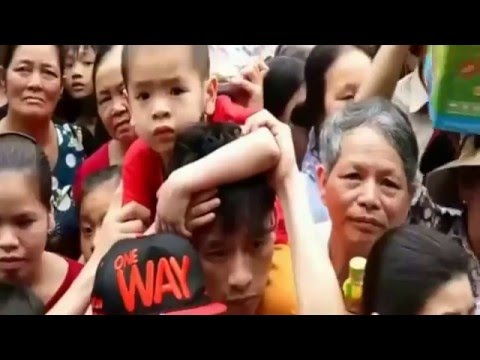 NguoiViet.de - Giải cứu hàng trăm trẻ em trong biển người tại Đền Hùng