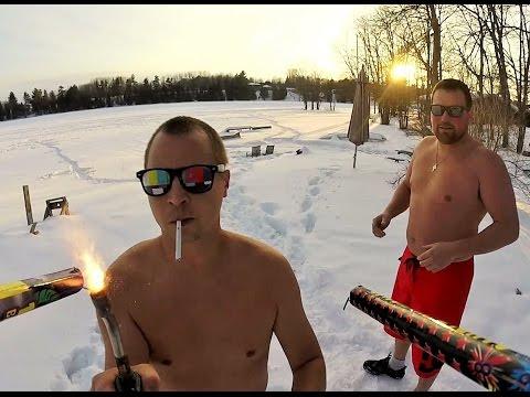 羅馬煙花筒因其危險性而被許多國家禁止使用,而這兩人卻自製了這樣一個煙花攻擊器...這麼高級的玩法我已經看傻眼了。