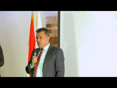 رئيس الجالية الفلسطينية في هولندا يهدي قيادة حركة النضال العلم الفلسطيني - مؤتمر لاهاي