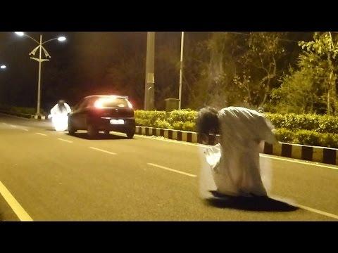 這名男子在半夜裝鬼嚇馬路上的司機…「砰!」,網友的留言竟然真的成真了!