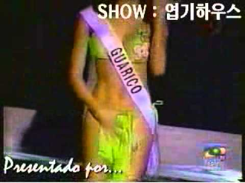 美女模特兒走台時,不小心把自己的內褲給拽掉了!