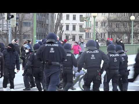 """[""""Spaziergang eskaliert!""""] Großeinsatz bei CORONA-DEMO / Polizei Wien"""