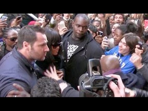 REALLY CRAZY - RIHANNA almost crushed by a sea of fans while entering her hotel in Paris !!! (видео)