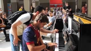 Màn song tấu piano cực đỉnh của hai người đàn ông xa lạ gây sửng sốt