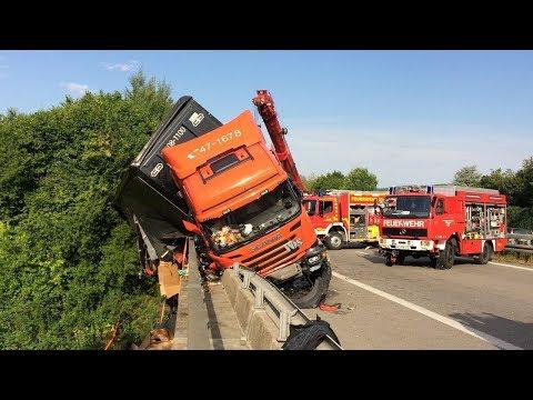 LKW drohte von der Brücke zu stürzen