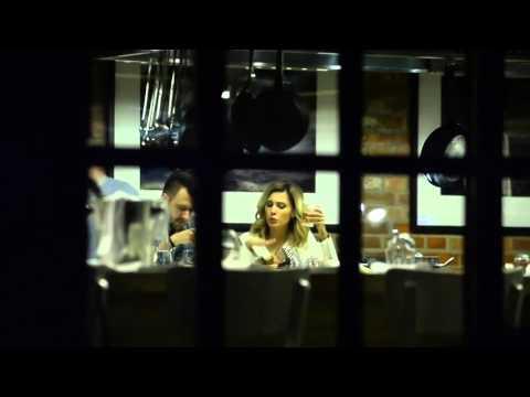 Zasmucona Agnieszka Popielewicz z mężem w restauracji