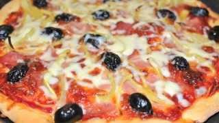 Gasiti reteta detaliata la adresa: http://www.mondocucina.ro/content/Pizza-cu-sunca,-ardei-si-masline-blat-subtire-si-crocant.aspxPizza este una dintre cele mai apreciate mancaruri din lume. O pizza buna, facuta in casa, este incomparabil mai avantajoasa decat cea de cumparat, pentru ca aveti controlul calitatii ingredientelor si este si mai economica.