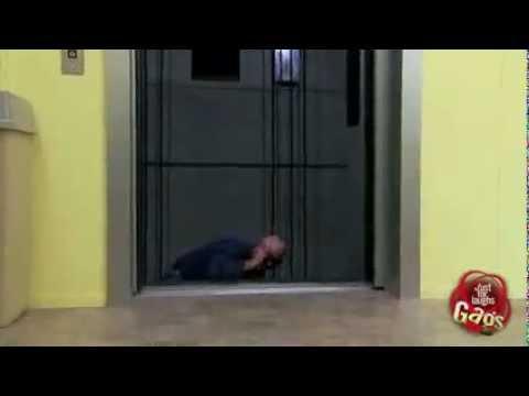 Broma del ciego cayendo por el ascensor
