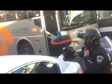 דיווח: צעיר נעצר באלימות לאחר שהעיר לשוטר על  עבירת תנועה