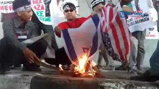 Video Mahasiswa Bakar Bendera Amerika dan Israel di Makassar MP3, 3GP, MP4, WEBM, AVI, FLV Desember 2017
