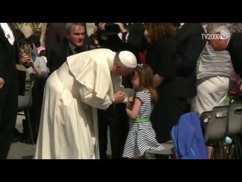 papa francesco benedice gli occhi della bambina che diventerà cieca