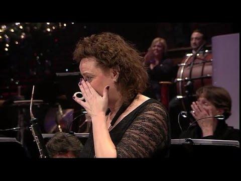 """concertista sulla colonna sonora di """"schindler's list"""" si commuove"""