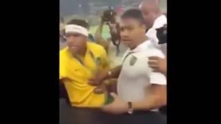 Neymar fica bravo com torcedor. Alguém sabe o motivo que levou o Neymar ficar bravo ? O que será que o torcedor disse ?