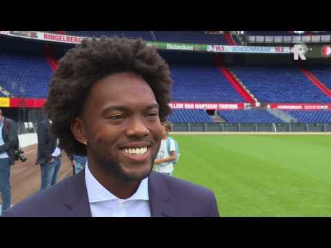 Feyenoord traint en krijgt nieuwe pakken