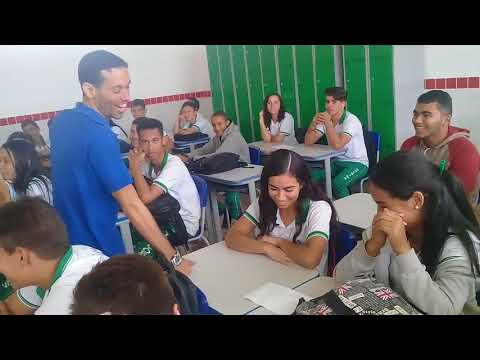 Uczniowie dowiedzieli się, że nauczyciel nie dostaje wypłaty i śpi w szkole – Zrobili mu niespodziankę