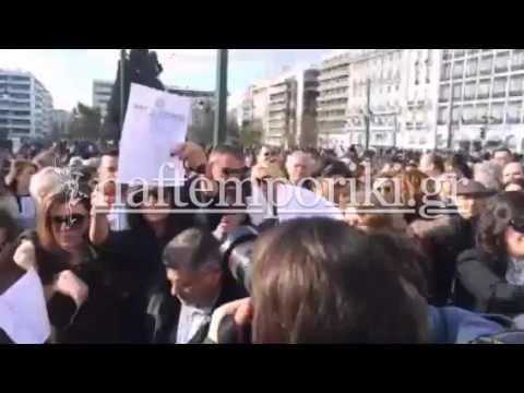 Οι δικηγόροι καίνε τους διορισμούς τους μπροστά στη Βουλή
