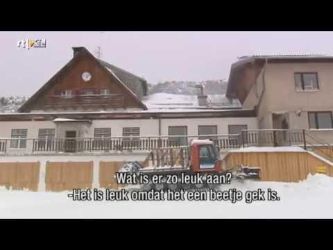 naakt - Daphne Bunskoek is in een Oostenrijks ski-oord en gaat er naakt langlaufen met een groep naturisten. Wil je de hele aflevering zien? Ga dan naar http://www.r...