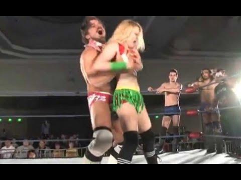 摔角手有新招! 抓奶昇龍霸 摔飛無數女對手