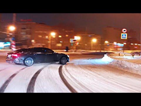 Poszedł bokiem Audi RS7 na śniegu przez miasto, licznik wskazywał 170 km/h