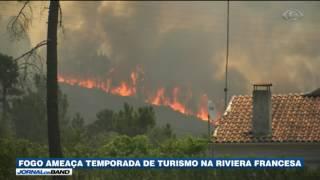 Bombeiros lutam contra incêndios florestais que ameaçam a alta temporada do turismo na Riviera Francesa.