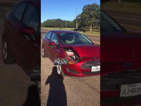 Mies lauleskelee dueton autonsa kanssa kolarin jälkeen