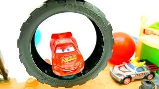 Une #vidéo de #déballage d'une PISTE pour les #voitures #cars en français pour les enfants. Flash #McQueen et d'autres voitures vont déballer une nouvelle ...