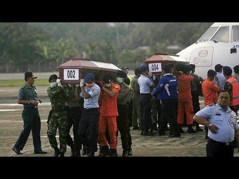 Ινδονησία: Ανασύρθηκαν οι πρώτοι σοροί της αεροπορικής τραγωδίας