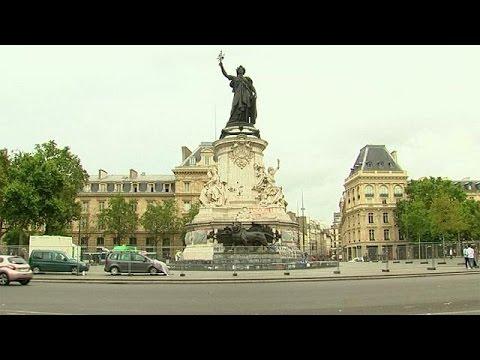 Η Πλατεία Δημοκρατίας «σβήνει» τα γκράφιτι, όχι τις μνήμες