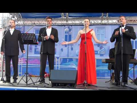 Video na Nový rok: Babjakovci a ich veselá pieseň zabavili popradské námestie