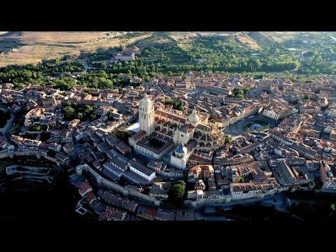 Planos aéreos, imágenes de drones y escenarios naturales de ciudades declaradas Patrimonio de la Humanidad por la UNESCO, como Ávila y SEgovia