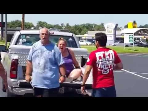 Dos chicos sorprenden a un maltratador en un parking [Inglés]