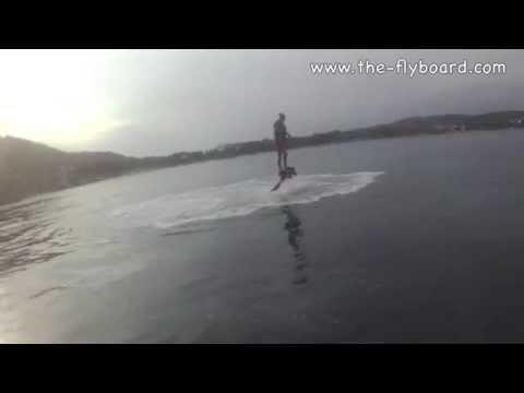 Flyboardozó lány első percei
