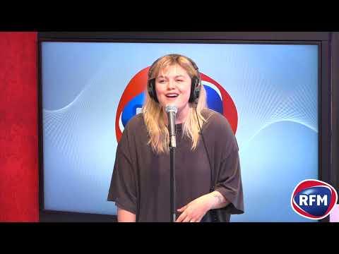 """Louane interprète """"Aimer à Mort"""" dans le studio RFM !"""