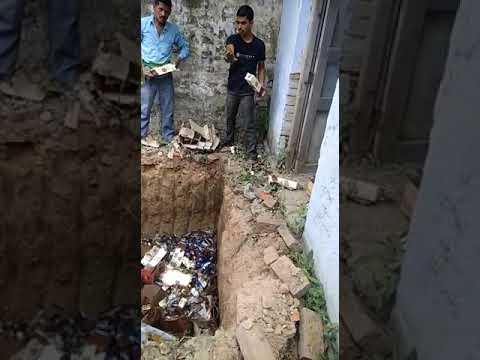 और पुलिस ने फोड़ डाली हजार लीटर दारू की बोतलें, देखें वीडियो