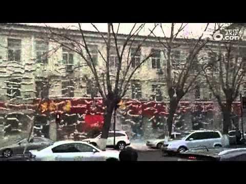 Захватывающие зрелище: лавина снега падает с крыши / Видео