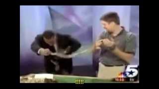 Un conductor de TV se asusta por el salto de un insecto y cree que la serpiende le muerde!