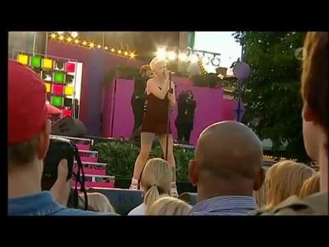 %tag 0 Video: Robyn performs Dancing On My Own in amusement park