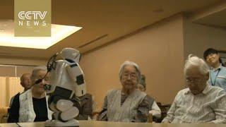 فى اليابان.. روبوت يساعد نزلاء دور المسنين ويلعب معهم
