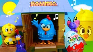 """Hoje tem muitos brinquedos e surpresas no galinheiro musical da Galinha Pintadinha! Vem brincar com a turma da Galinha Pintadinha com musicas completo em portugues! Inscreva-se ►http://www.happytoystv.net  e não perca os próximos vídeos.""""Galinha Pintadinha e sua turma"""" é uma animação com personagens infantis e músicas de domínio público, que incluem cantigas de várias gerações. A Galinha Pintadinha, o Galo Carijó, o Pintinho Amarelinho, a Baratinha e a Borboletinha têm encantado as crianças, com músicas cantigas alegres e enredos clássicos e engraçados.Galinha Pintadinha Galinheiro Musical Brinquedos Surpresas Pintinho Amarelinho Completohttps://www.youtube.com/watch?v=L7rOQkBCUS8&list=PLFXYQt91YLM-lp8MuLH-CQk6fa9D9SNlvParabéns da Galinha Pintadinha Feliz Aniversário Bolo Massinha PlayDoh Peppa Pig Pintinho Musicahttps://www.youtube.com/watch?v=Ua8EKmpYTNc&list=PLFXYQt91YLM-lp8MuLH-CQk6fa9D9SNlvCoelhinho da Páscoa ♫ Galinha Pintadinha Turma da Mônica Especial Brinquedos Que Trazes Pra Mimhttps://www.youtube.com/watch?v=zoidtRSS4wE&list=PLFXYQt91YLM-lp8MuLH-CQk6fa9D9SNlvGalinha Pintadinha Pintinho Amarelinho Supresas na Lata Baú Brinquedos Brincam no Parque Minihttps://www.youtube.com/watch?v=cEL-bddWdJE&list=PLFXYQt91YLM-lp8MuLH-CQk6fa9D9SNlvGalinha Pintadinha Pintinho Amarelinho Parque Da Borboletinha Brinquedos Peppa Pig Surpresas na Latahttps://www.youtube.com/watch?v=lVX--ZhQDbc&list=PLFXYQt91YLM-lp8MuLH-CQk6fa9D9SNlv"""