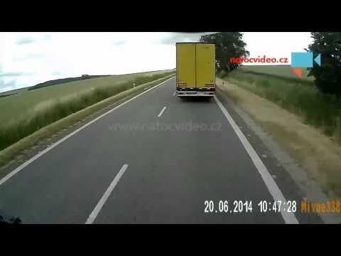 Kamion předjíždí v kopci a vytlačímě