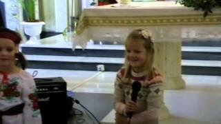Наймолодші учні української суботньої школи «ім. Святого Миколая» читають вірші Миколаю.