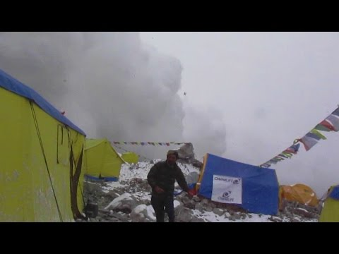 Her slår snøskredet inn over Mount Everest basecamp