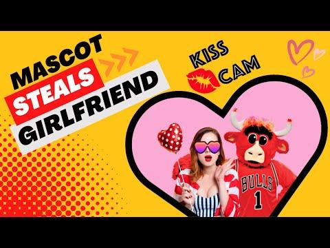 球賽現場直播正好拍到這對吵架的情侶,一旁的吉祥物看不下去決定挺身英雄救美!
