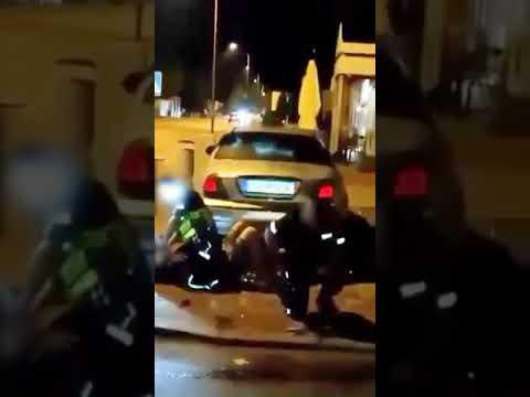 Policjant podczas interwencji obezwładnia paralizatorem swojego kolegę.