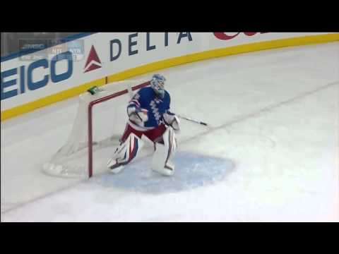 Hockeykommentator får puck i ansiktet