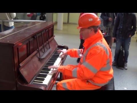 Robotnik zauważył pianino w centrum handlowym i postanowił sobie zagrać